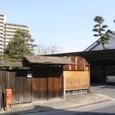 11 トタン壁の車庫、マンション、見事な松と町家